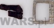 sprzączka - obiekt archeologiczny; skóra, mosiądz [po lewej stan przed konserwacją, po prawej stan po konserwacji]