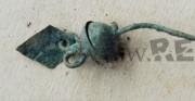 kolczyk - obiekt archeologiczny [po lewej stan przed konserwacją, po prawej stan po konserwacji]