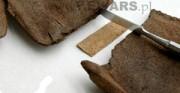 but ażurowy - późne średniowiecze, skóra archeologiczna [na zdjęciach widoczne kolejne etapy łączenia rozerwanych fagmentów przyszwy buta]