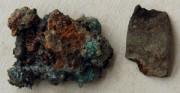 sprzączka - obiekt archeologiczny [po lewej stan przed konserwacją, po prawej stan po konserwacji]