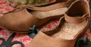 buty niskie - koniec XIV wieku; wykonane na podstawie zdjęć i rysunków butów pozyskanych w trakcie prac archeologicznych w Londynie [kopie użytkowe]