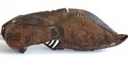 but ażurowy z ostrogą z Sanoka - późne średniowiecze [u góry stan buta po konserwacji i restauracji, u dołu kopia użytkowa buta]