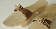 drewniane patynki - XV wiek; na podstawie szkicu umieszczonego na www.bildindex.de; po prawej zbliżenia detali [kopie użytkowe]