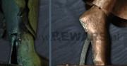 rzeźba Polonia Restituta Franciszka Masiaka - 1937 rok; blacha miedziana, stal; widok podstawy [po lewej stan przed konserwacją, po prawej stan po konserwacji po prawidłowym umocowaniu stóp]