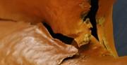 rzeźba Polonia Restituta Franciszka Masiaka - 1937 rok; blacha miedziana, stal; zbliżenie na orła [po lewej stan w trakcie konserwacji ukazujący skalę rozerwań blachy, po prawej stan po konserwacji]