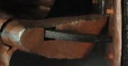 rzeźba Polonia Restituta Franciszka Masiaka - 1937 rok; blacha miedziana, stal; zbliżenie na lewą stopę [po lewej stan przed konserwacją z widocznym brakiem podeszwy, po prawej stan po konserwacji i zrekonstruowaniu brakującego elementu]