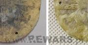 blaszka - obiekt archeologiczny; mosiądz [po lewej stan przed konserwacją, po prawej stan po konserwacji]