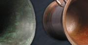 moździerz - 1770 rok; mosiądz [po lewej stan przed konserwacją, po prawej stan po konserwacji]