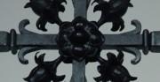 krzyż wieńczący ambonę - 1889 rok; stal, miedź [po lewej stan przed konserwacją, po prawej stan po konserwacji]