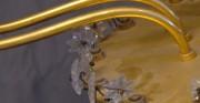 Krytształowy żyrandol - [od lewej: stan przed konserwacją i restauracją, stan po konserwacji i restauracji]